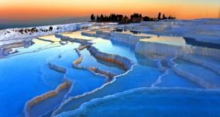 """پاموککاله ، چشمه آب گرم ترکیه به معنی """"قلعه پنبهای"""" که به تراسهای سفید هم معروف است."""