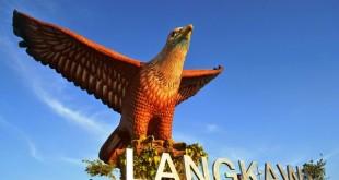 داتاران لنگ یا داتاران لانگ که به میدان عقاب هم در لنکاوی شناخته شده است ، اولین نماد بزرگی است که اگر از طریق دریایی به لنکاوی سفر کنید مشاهده خواهید کرد .