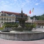 میدان مردکا کوالالامپور در مرکز شهر کوالالامپور واقع شده است.که در نزدیکی رودخانه گمبک، مسجد جامع، بازار مرکزی و محله چینی ها قرار دارد.