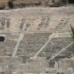 آمفی تئاتر باستانی دیروز شهر بدروم ، امروزه به یک موزه هوای باز تبدیل شده است که همچنان یکی از پزطرفدارترین و پربازدیدترین جاذبه های گردشگری ترکیه در بدروم است.